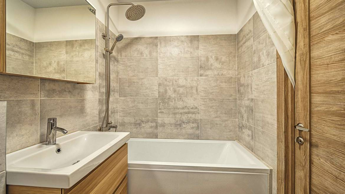 How To Avoid A Cramped Up Feel In A Small Bathroom